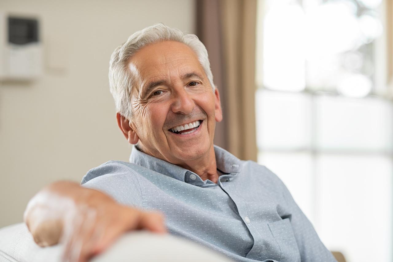Zdrowie psychiczne seniorów - starszy uśmiechnięty mężczyzna.